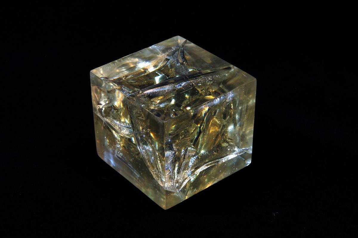 大图水晶 黄水晶 水晶材质 水晶雕塑 大型水晶 透明雕塑 实体雕塑