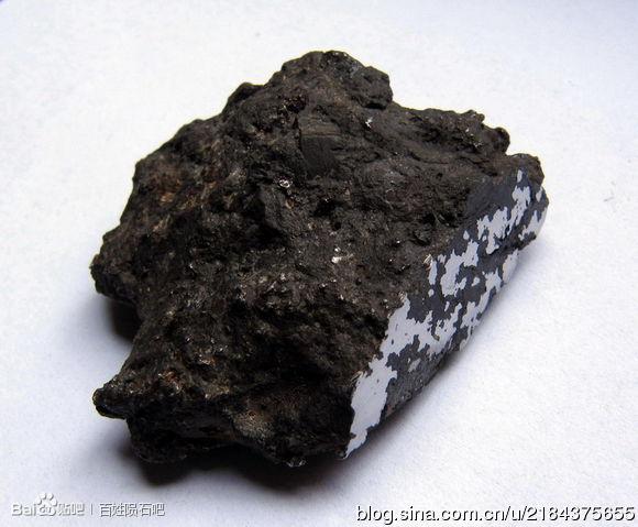铁陨石和石铁陨石内部一定有银白色的铁块,并且强烈的与磁铁吸引