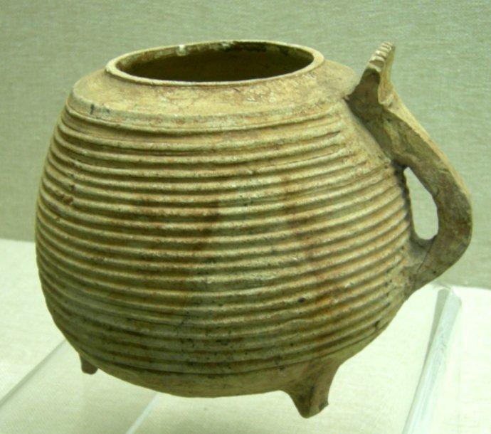 重庆三峡博物馆展出的弦纹单把硬陶壶,更是江南熟见的百越文化器型。.jpg
