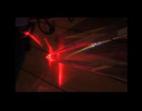 多边形水晶柱通过红激光效果